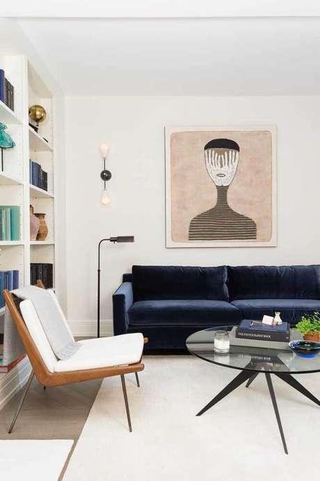 41. Sala moderna com sofá azul marinho e móveis brancos – Foto Pinterest