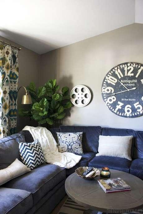 61. Sofá de canto azul marinho com quadros modernos – Foto Pinterest