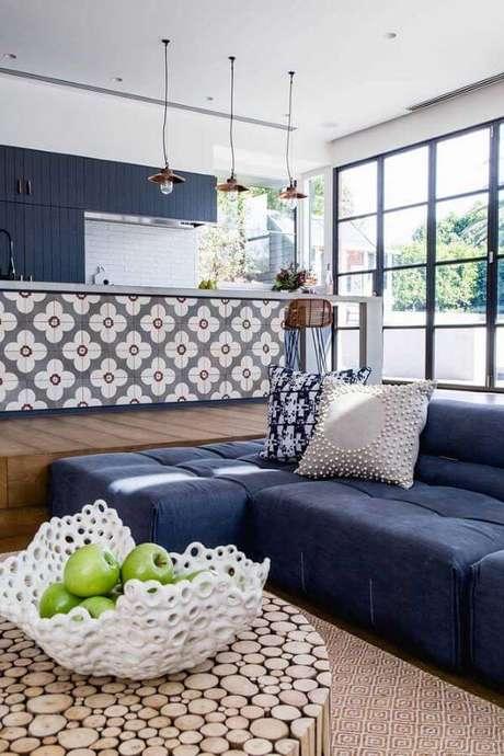 59. Sofá azul marinho na sala de estar – Foto Pinterest