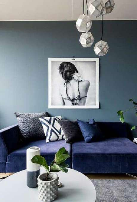 42. Sala moderna com sofá azul marinho e parede azul claro – Foto Wood Safe