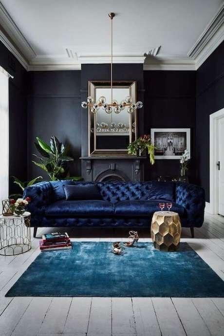 16. Decore sua sala com sofá azul marinho e tapete da mesma cor – foto Pinterest
