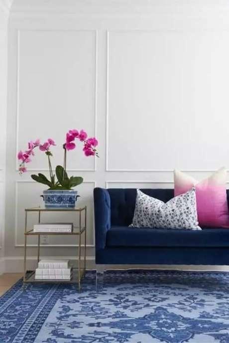 25. Sala cinza com sofá azul marinho e almofadas decorativas rosa -Foto Pinterest