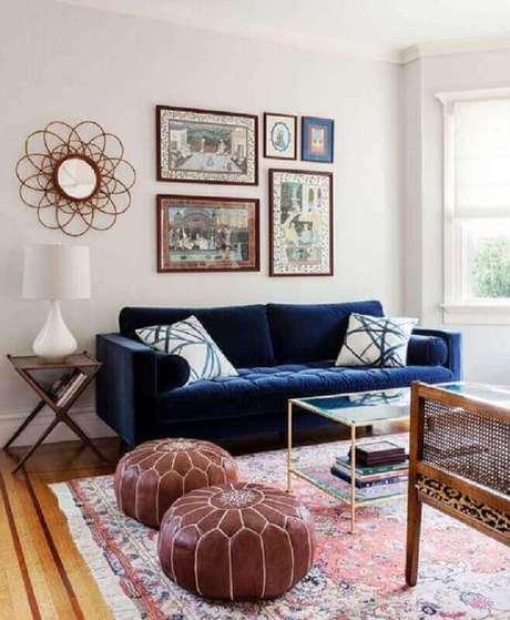1. Sala moderna com sofá azul marinho e móveis de madeira – Foto Homelover