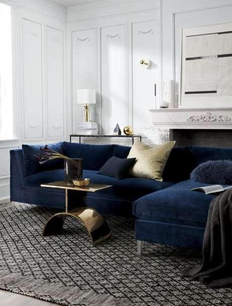 44. Sala moderna com sofá azul marinho – Foto Pinterest