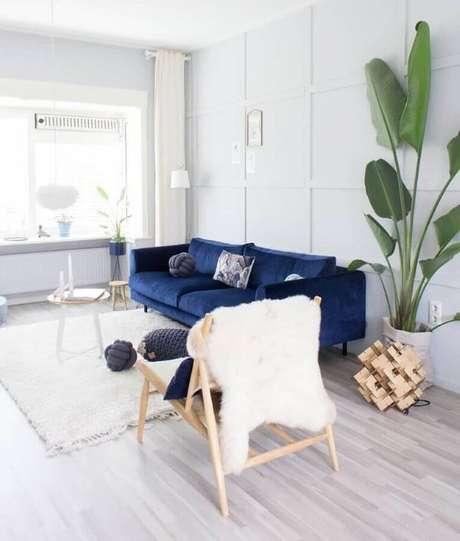 5. Sofá azul marinho na sala branca e clara – Foto Judith Sturmi Huls