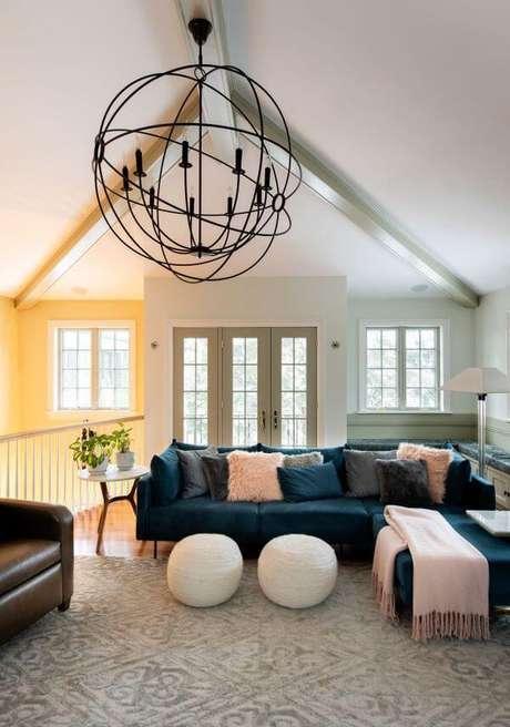 11. Sala grande com sofá azul marinho em L e manta rosa claro – Foto Casa de Valentina