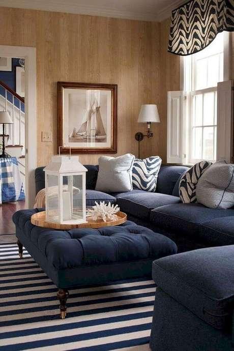 32. Sala com sofá azul marinho e puff na mesma cor – Foto Pinterest