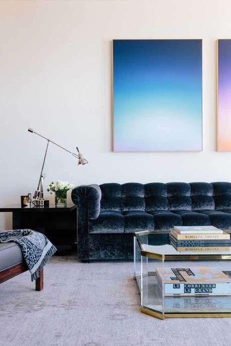 22. Sala branca minimalista com sofá azul marinho – Foto Pinterest
