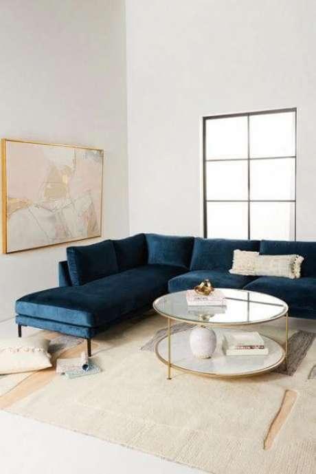 38. Sala minimalista e branca com sofá azul marinho de canto – Foto Pinterest