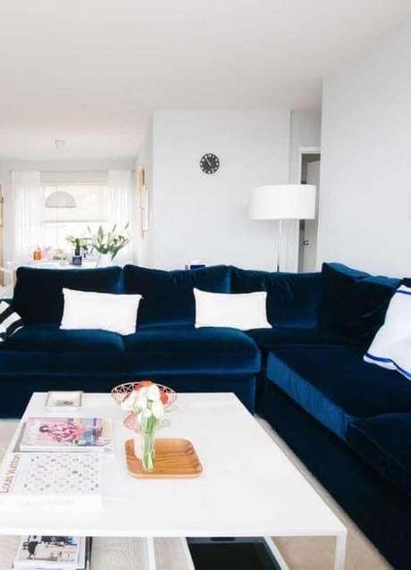 52. Sofá azul marinho em L com almofadas brancas – Foto Mauricio Gebara Arquitetura