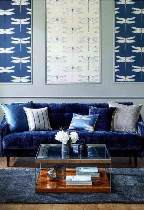 6. Sala azul com sofá azul marinho chique de veludo – Foto Desaboya