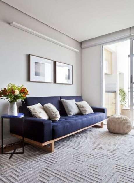 62. Sofá de madeira com estofado azul marinho – Foto Pinterest