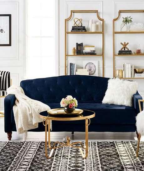 51. Sofá azul marinho e manta e almofada branca – Foto Pinterest
