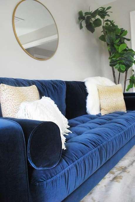 50. Sofá azul marinho de veludo com almofadas brancas – Foto Pinterest