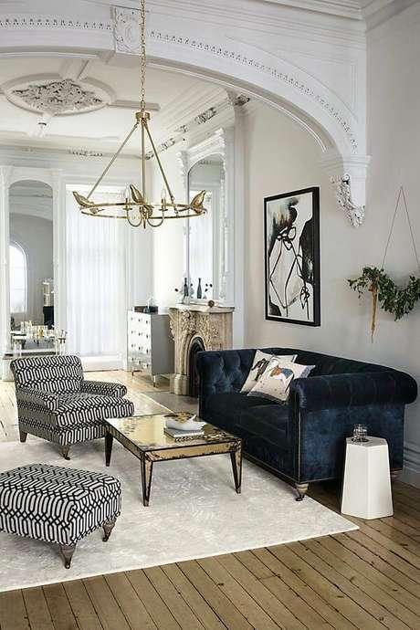 21. Sala branca com sofá azul marinho e poltrona preto e branco – Foto Pinterest