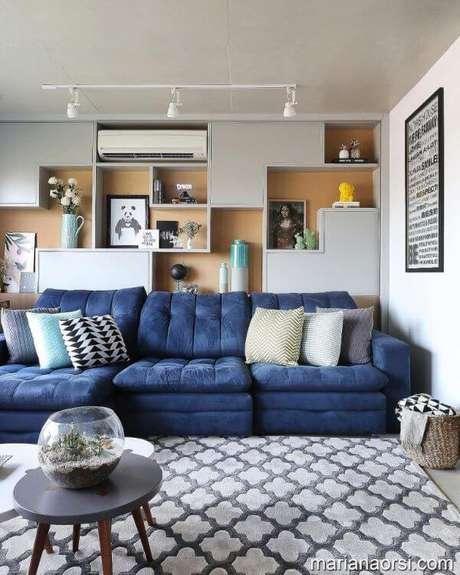 13. Sofá azul marinho na sala moderna com tapete estampado cinza – Casa das Amigas