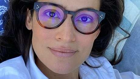 Sem maquiagem, cabelos brancos assumidos, olhar cúmplice: a apresentadora do 'Jornal Nacional' recebe elogios dos seguidores por sua charmosa despretensão