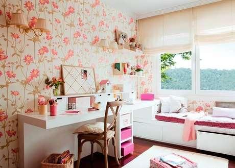 54. Papel de parede para quarto feminino floral decorado com penteadeira branca – Foto: El Mueble