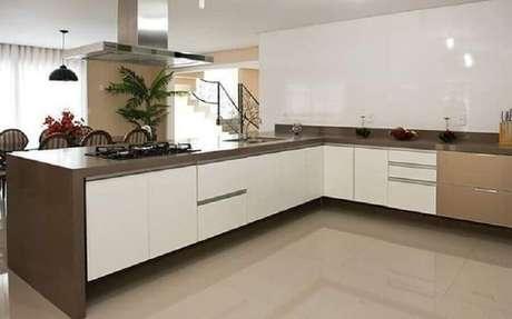 39. Decoração de cozinha grande com balcão de canto – Foto: Pinterest