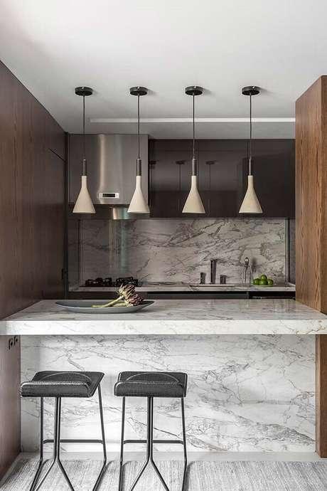 51. Decoração moderna para cozinha com balcão de mármore – Foto: BST Arquitetura