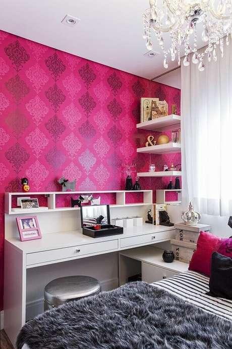 23. Decoração com papel de parede para quarto feminino rosa e branco – Foto: Renata Bertoni e Junior Prestesar