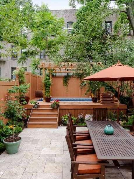 34. Piscina elevada no quintal com mesa para área externa – Foto Pinterest