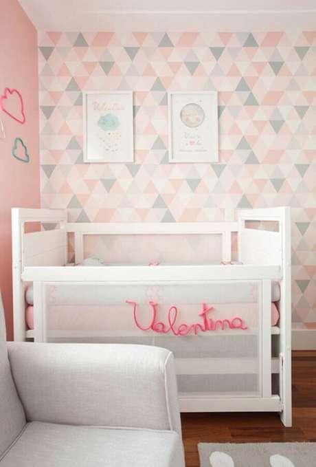 8. Papel de parede para quarto de bebê feminino branco e rosa com decoração moderna – Foto: Pinterest