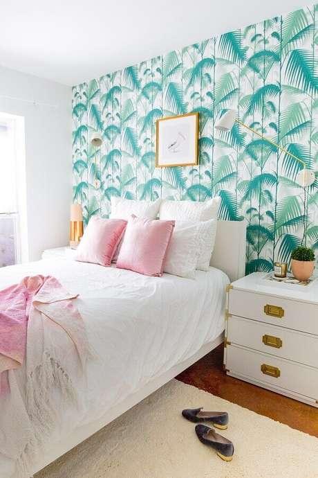 39. Papel de parede com estampa de folhagens para decoração de quarto feminino branco – Foto: Amy Home Decor
