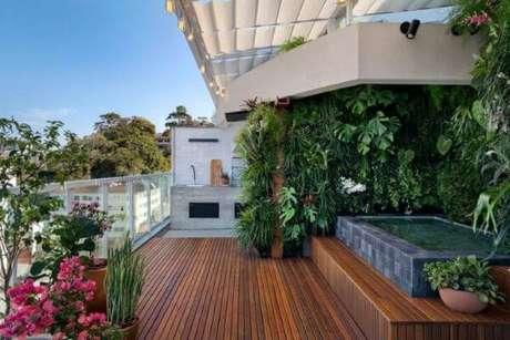 60. Piscina com deck de madeira e decoração de plantas – Foto Cora Mader