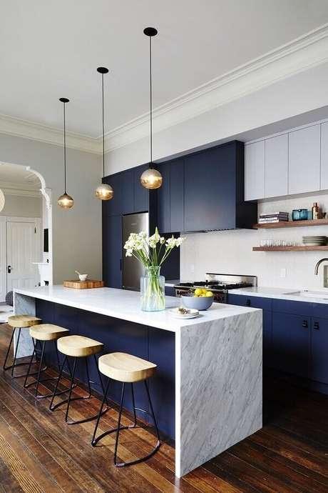 22. Decoração sofisticada para cozinha com balcão de mármore e armários azuis marinho – Foto: McGee & Co.