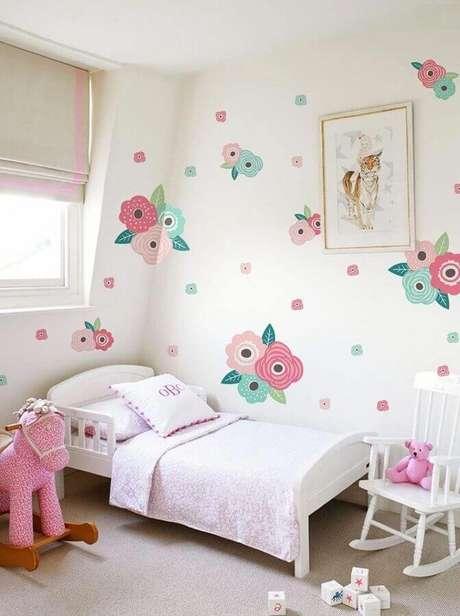 60. Quarto feminino infantil simples decorado com papel de parede floral – Foto: DecoRelated