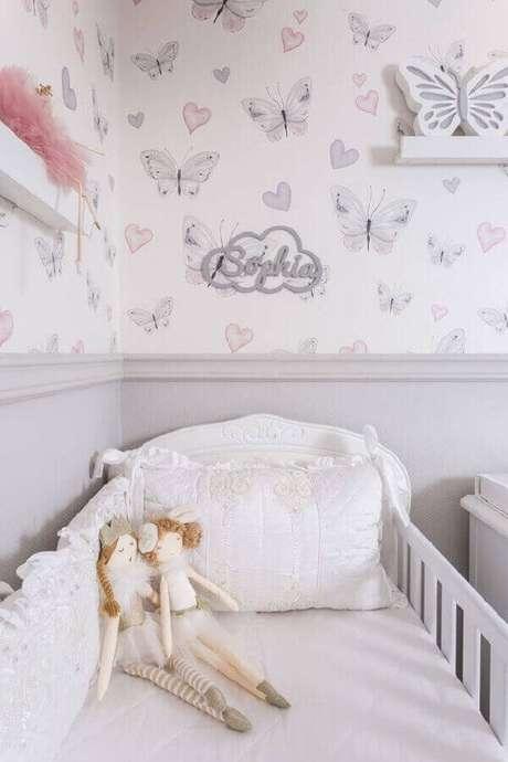 27. Modelo delicado de papel de parede para quarto de bebê feminino com estampa de borboletas e corações – Foto: Lilibee