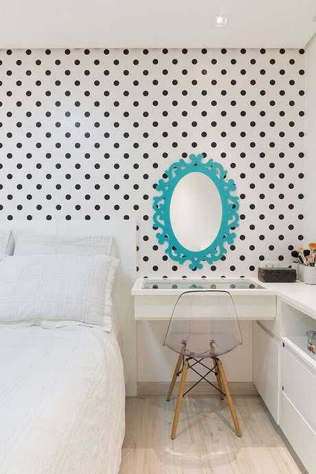 18. Decoração com papel de parede para quarto feminino branco com bolinhas pretas – Foto: Pinterest
