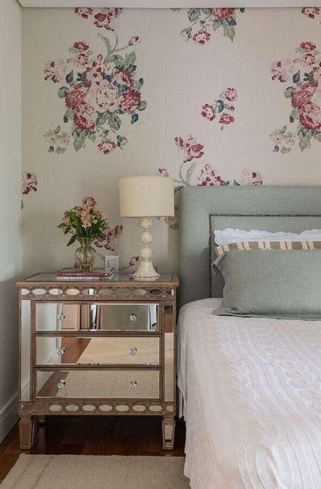 3. Decoração com criado mudo espelhado e papel de parede para quarto feminino floral – Foto: Pinterest