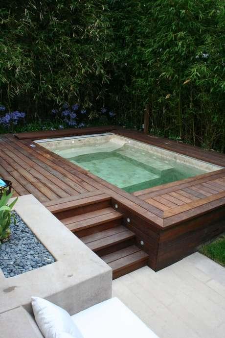 44. Piscina elevada retangular no jardim moderno – Foto Pinterest