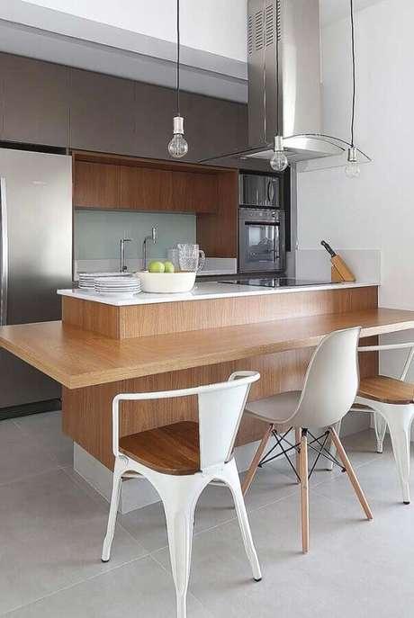 38. Decoração de cozinha planejada com balcão gourmet de madeira – Foto: Home Fashion Trend