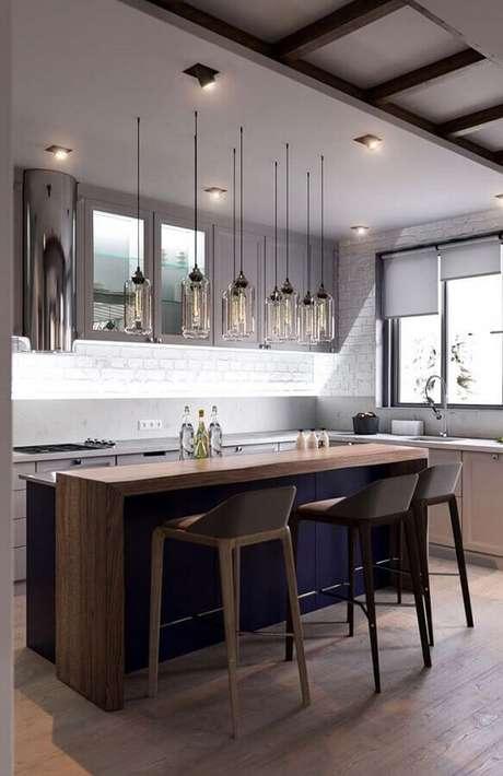 58. Luminária de vidro para decoração de cozinha com balcão no meio de madeira – Foto: Pinterest