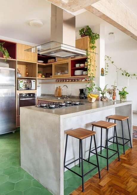32. Decoração de cozinha com balcão de concreto e armários de madeira – Foto: Histórias de Casa