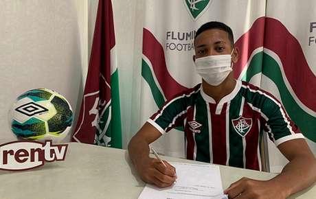 Cauã Silva assinou contrato profissional com o Fluminense (Foto: Reprodução)