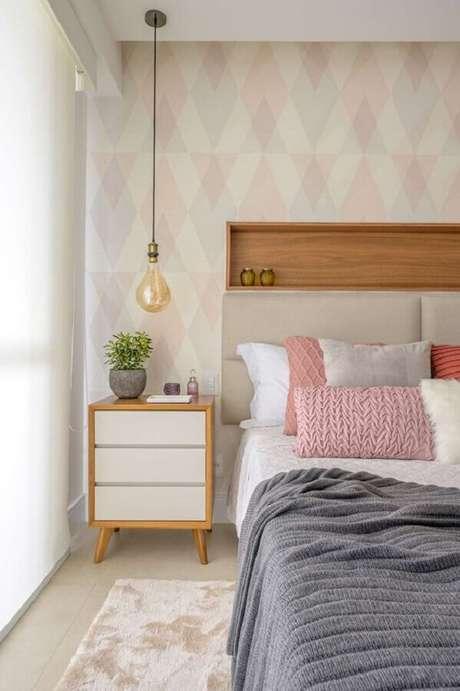 31. Papel de parede para quarto feminino decorado em cores claras com nicho de madeira embutido – Foto: Muito Mais Arquietura