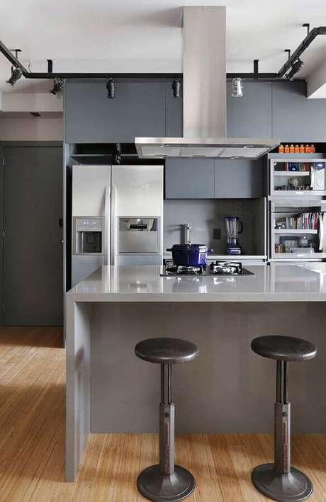 47. Decoração em tons de cinza para cozinha com balcão para cooktop – Foto: Mandril Arquitetura