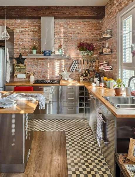48. Decoração estilo industrial com armários de inox para cozinha com balcão de madeira – Foto: Pinterest