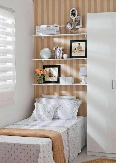 46. Papel de parede listrado na cor bege para decoração de quarto feminino simples – Foto: Pinterest