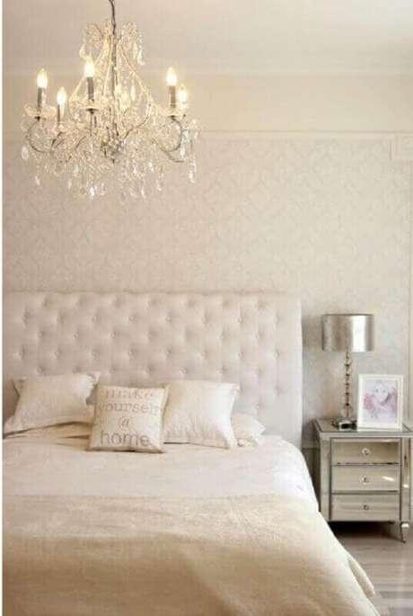 13. Decoração clássica em cores claras com papel de parede para quarto feminino – Foto: Archilovers