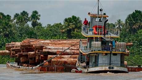 Embarcação transporta madeira ao longo do rio Murutipucu, no município de Igarapé-Miri, no nordeste do Pará, Brasil, em 18 de setembro de 2020.