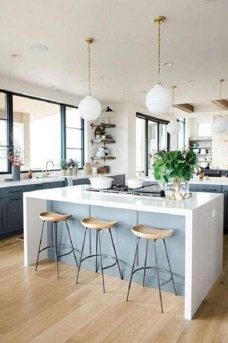 60. Pendente branco redondo para decoração de cozinha com balcão no meio – Foto: McGee & Co.