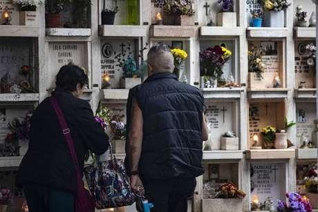Cemitério estão sobrecarregados devido ao aumento no número de mortes