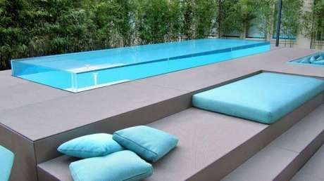 22. Piscina elevada de vidro e almofadas azuis – Foto Pinterest