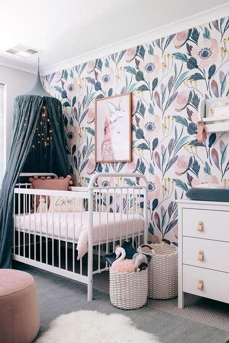 44. Papel de parede floral para decoração de quarto de bebê com dossel para berço – Foto: Swoon Worthy