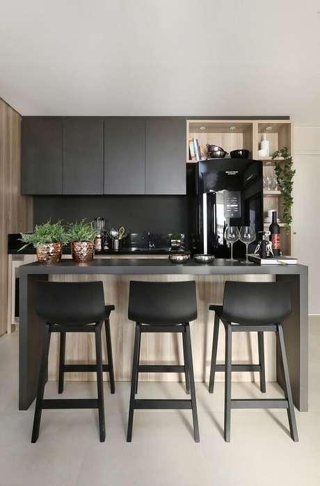 37. Conforme o material do revestimento a cozinha com balcão pode ganhar um estilo bem sofisticado – Foto: Fernanda Marques